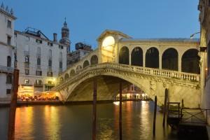 Ponte_di_Rialto_facciata_ovest_di_sera